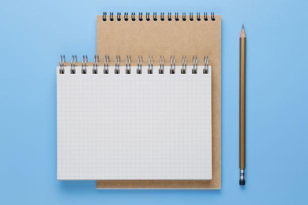 ノートとペンを用意している